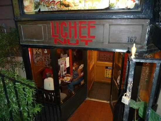 Lichee Nut Restaurant: Stairway down to restaurant