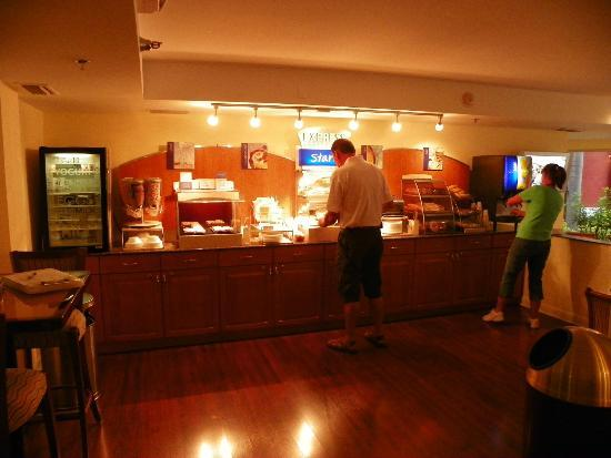 Holiday Inn Express & Suites Bradenton West: BREAKFAST BUFFET
