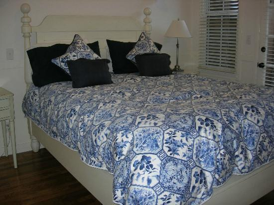 Cheshire Cat Inn : Master Bedroom - Bramhall Cottage