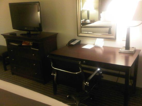 Holiday Inn Express Hotel & Suites Biloxi- Ocean Springs : workdesk