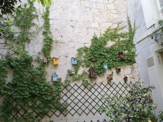 Logis Saint Mexme: Cute collection of bird houses in the garden