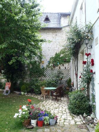 Logis Saint Mexme: Courtyard garden