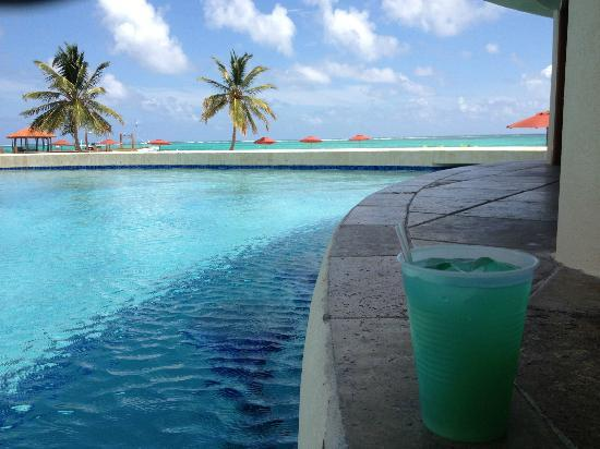 Grand Caribe Belize Resort and Condominiums : view from pool bar