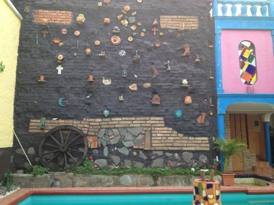 Casa Armonia: muro del patio