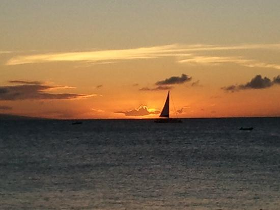 Kaanapali Beach Hotel: Sunset from the beach in front of hotel