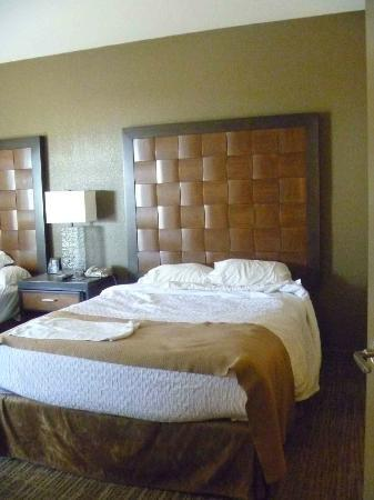 Embassy Suites by Hilton Mandalay Beach Resort: Queen bed