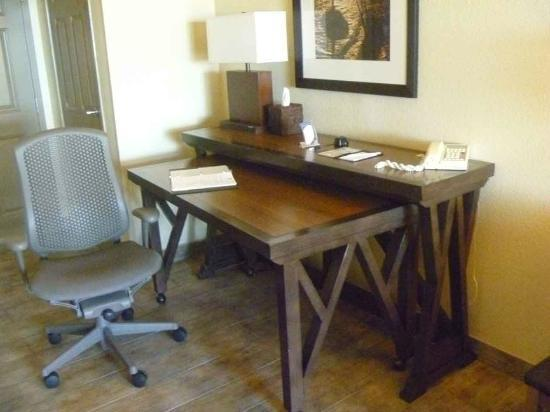 Embassy Suites by Hilton Mandalay Beach Resort: desk