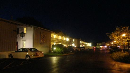 Chalet Motel Of Mequon: hotel at night