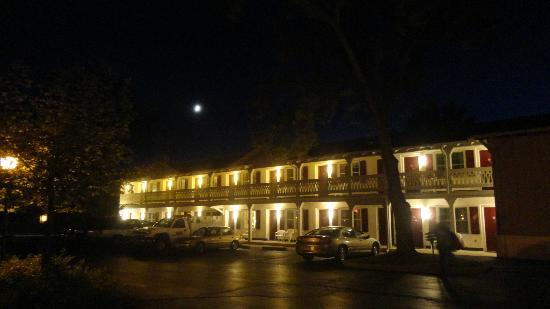 Chalet Motel Of Mequon: The Chalet at night