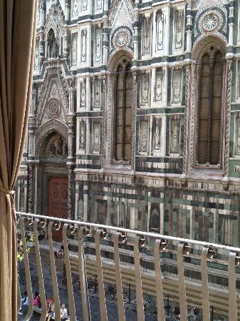 Granduomo Charming Accomodation: The impotent view of Duomo from balcony