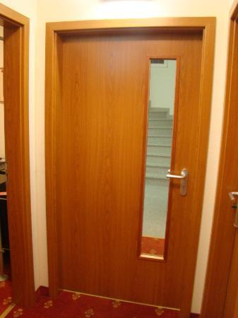 Hotel Domstern: Door separating the lift/stairs area from the room area