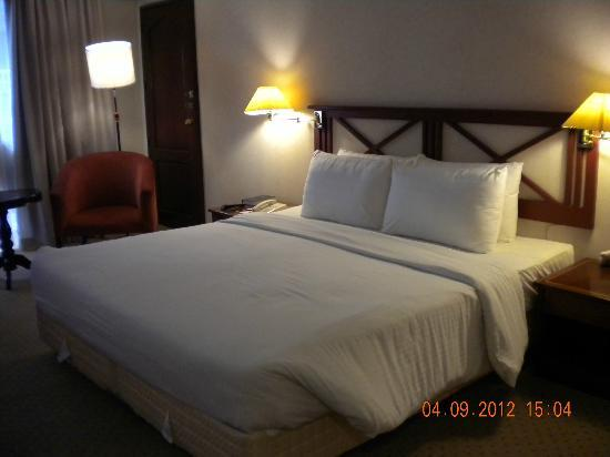 Berjaya Makati Hotel - Philippines: Grand Deluxe room,king size bed
