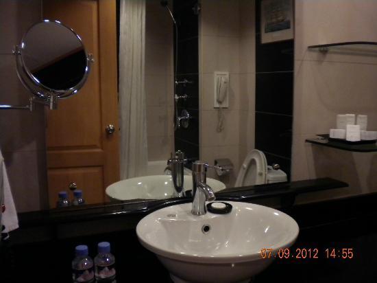 Berjaya Makati Hotel - Philippines: Premier Deluxe bathroom
