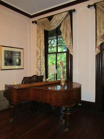 Faunbrook Bed & Breakfast: Piano in Formal Room