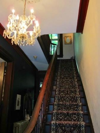Faunbrook Bed & Breakfast: Chandelier and Staircase