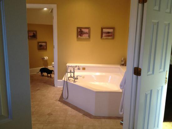 The Fearrington House Inn: Room 33 Grand Suite Jetted Tub Bathroom
