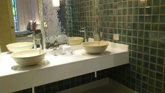 Burasari Resort: Double sinks made getting ready to go out a lot quicker
