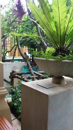 Burasari Resort: Plenty of garden around the pool