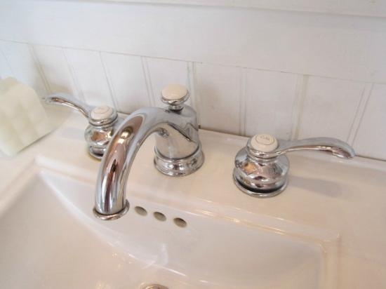 Faunbrook Bed & Breakfast: Spotless and New Sink