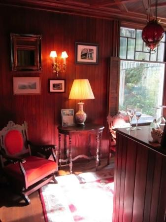 Faunbrook Bed & Breakfast: Sitting Area with Bar