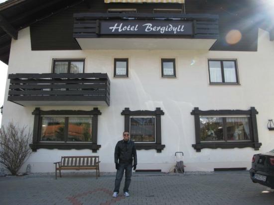 Hotel Bergidyll: Frente do hotel pela manhã