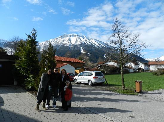 Hotel Bergidyll: Em frente ao hotel.