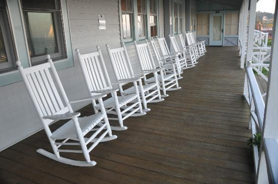The Island Inn: Rocking chairs on the porch at the Inn