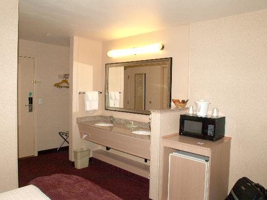 Crystal Inn Hotel & Suites Brigham City: Clean ample sinks