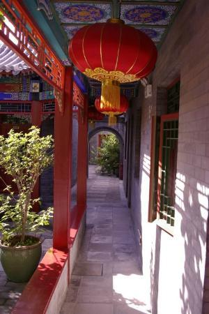 Hotel Cote Cour Beijing: The Courtyard is decroated with colour