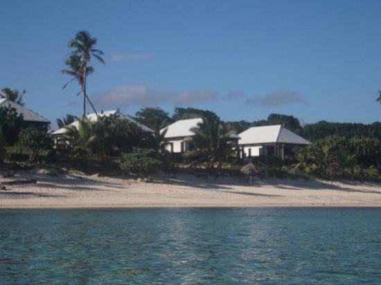 Namuka Bay Lagoon Resort: View of Villas from ocean