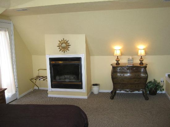 Sand Castle Inn: Fireplace wall in Tower Suite