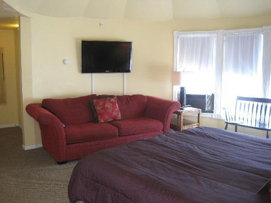 Sand Castle Inn: Tower suite couch and television