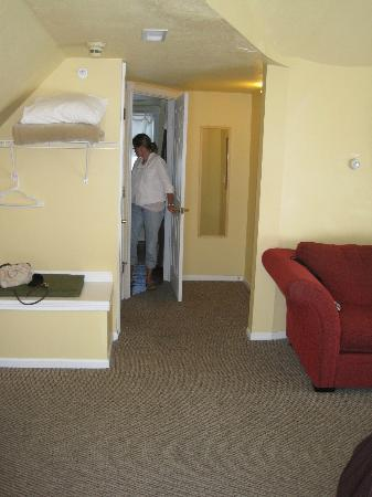 Sand Castle Inn: Looking towards bathroom