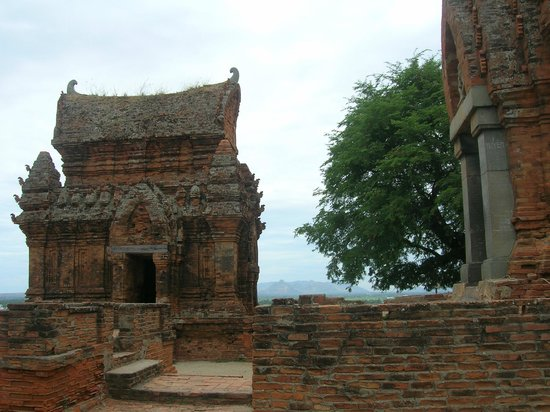 Phan Rang-Tháp Chàm, Việt Nam: In the group of Poklong giarai Temple Towers, they have 3 tower in the CHAMPA Culture, gate towe