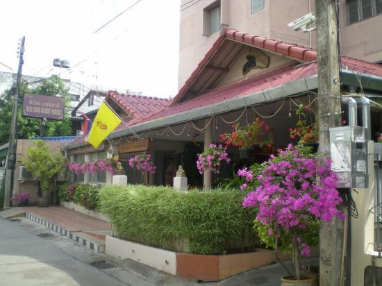 Rux-Thai Guest House: Front view
