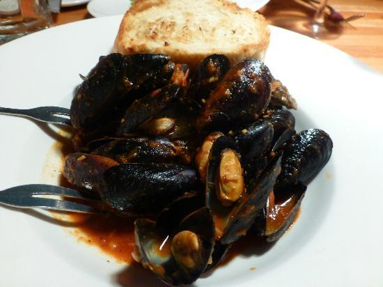 Whitetooth Mountain Bistro: Mussels in spicy, smoky chipolte sauce