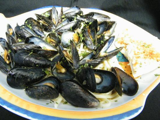 New England Eatery & Pub: Mussels over past....very good!
