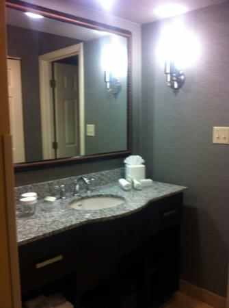 Homewood Suites by Hilton Chicago Schaumburg : the dressing area...nice shampoos and soap...fluffy towels..