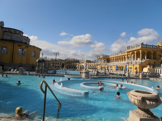Széchenyi Baths and Pool: Flotte pool område.
