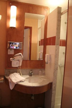 Le Berry Hotel: Small bathroom- typical for Europe