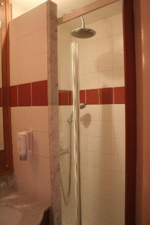 Le Berry Hotel: shower- small but the water pressure was good and the temperature stayed hot