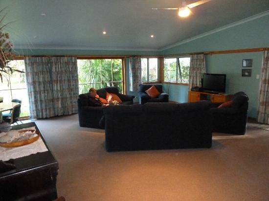 Trade Winds Country Cottages: Lounge room with plenty of seating