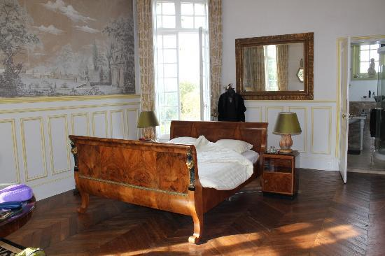 Chateau de la Villaine: antique bed ( sleeps very comfortable!) downstairs room