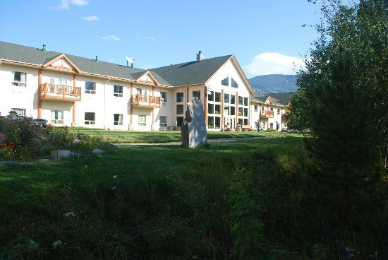 BEST WESTERN PLUS Valemount Inn & Suites: This is the view from the walking trail in front of the hotel.