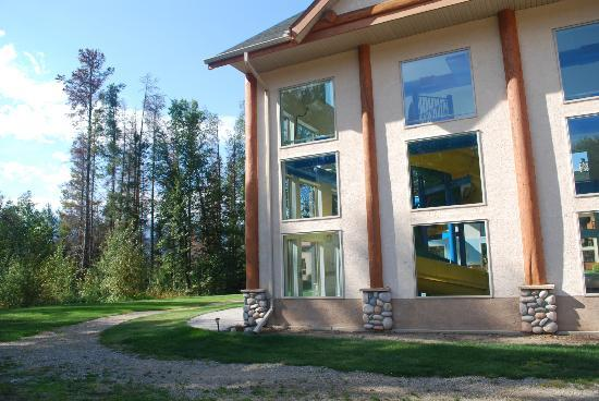 Best Western Plus Valemount Inn & Suites: The outside of where the pool is located.