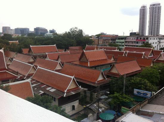 Rambuttri Village Inn & Plaza: vue depuis la piscine