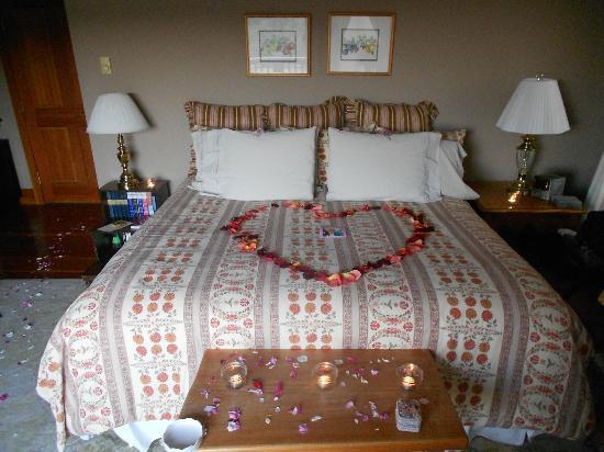 Turtleback Farm Inn: King Size Bed, Orchard House
