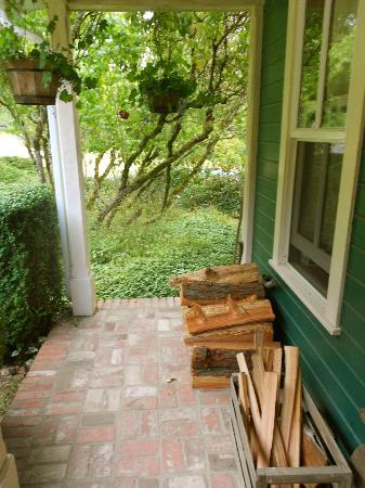 Turtleback Farm Inn: Main farmhouse front porch