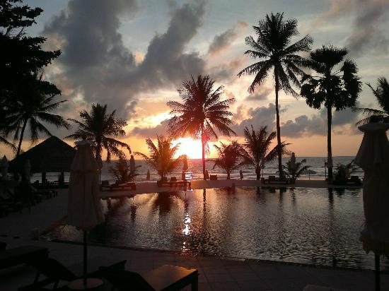 The Surin Phuket: Sunset over the pool