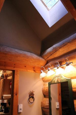 Door County Lighthouse Inn: Skylight in bathroom of Pinecrest Cabin Rental